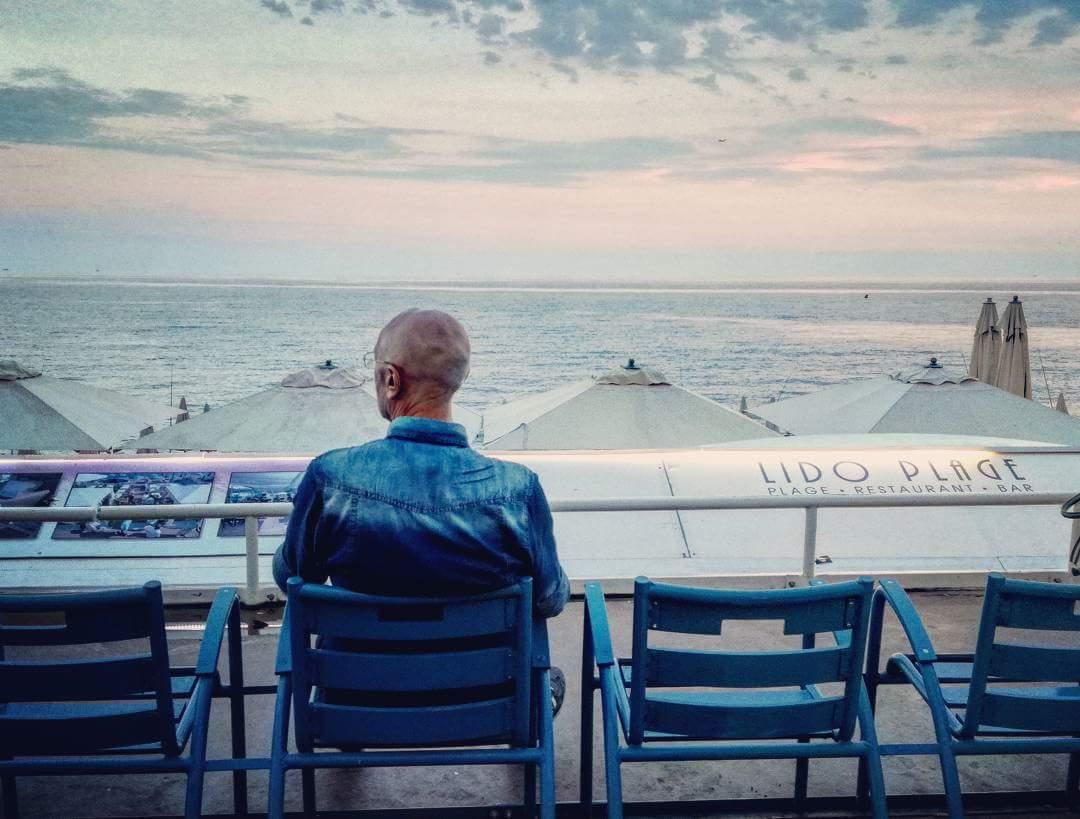 Seduto A Guardare Il Mare Di Nizza Pensando A Citazioni